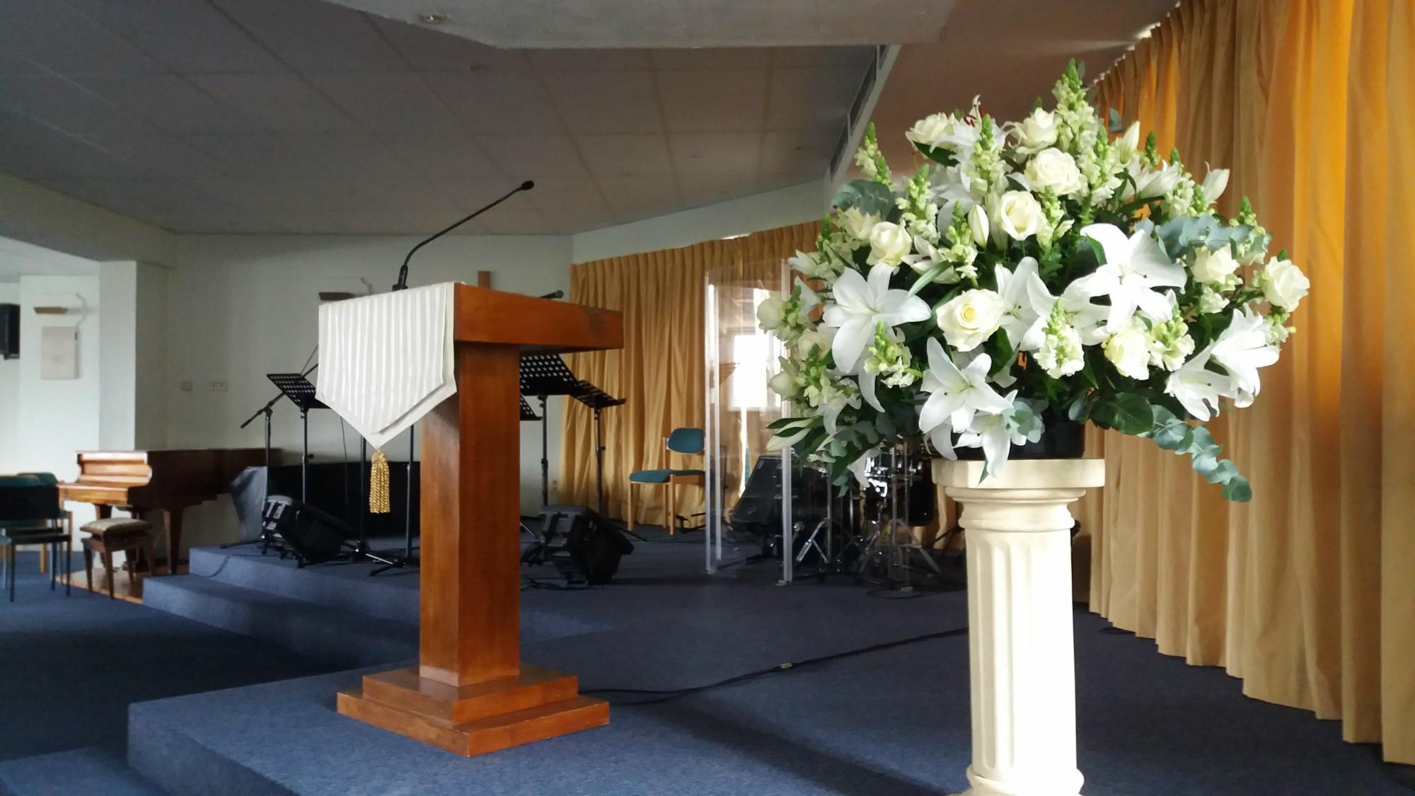 цветы+амвон в баптистской церкви Брюсселе